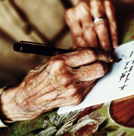 manos escribiendo blog residencia avenida san luis